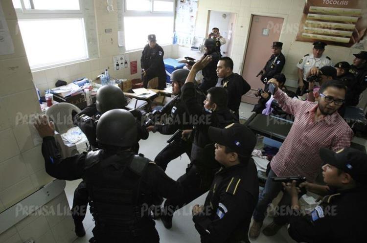 Agentes especiales de la PNC buscan a más sospechosos hasta en los techos y bodegas de ese hospital.