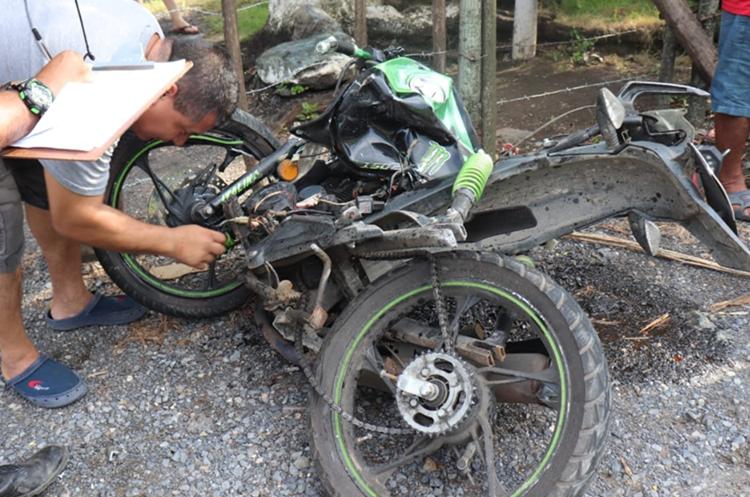 Motocicleta en la que viajaba Guevara Santos. (Foto Prensa Libre: Dony Stewart).