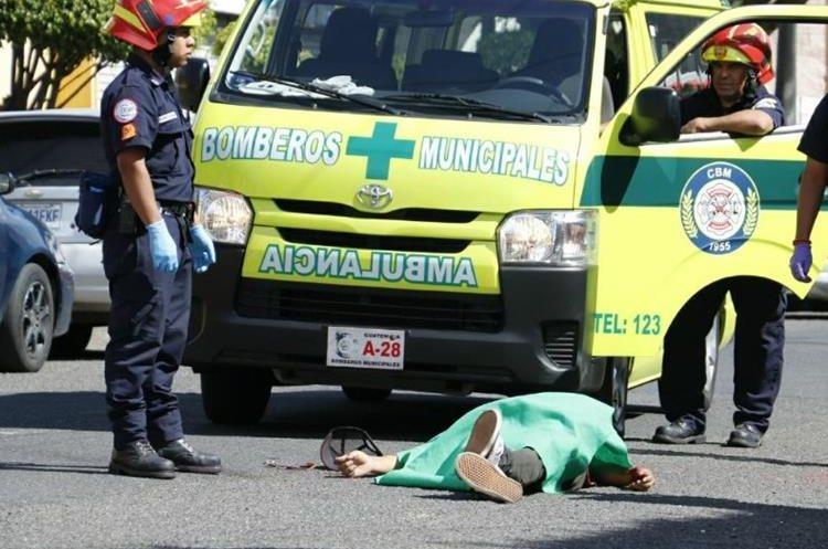 El cuerpo de otro hombre quedó a unas cuadras de donde murió el profesional. (Foto Prensa Libre: Bomberos Municipales)