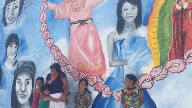 Anita Cuéllar mandó pintar un mural con la imagen de su hija desaparecida. BBC MUNDO