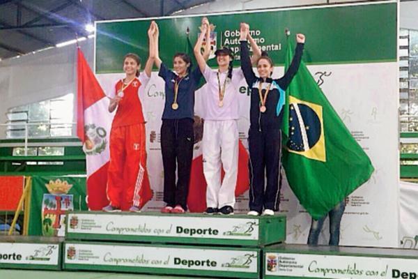 Elizabeth Zamora, última de la derecha, ganó la medalla de bronce. (Foto Prensa Libre: Cortesía Julio Morales).
