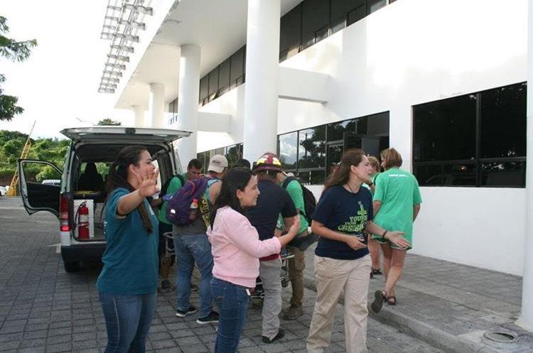 Coordinadores del grupo de extranjeros intentaron evitar que se documentara lo ocurrido. (Foto Prensa Libre: Mario Morales).