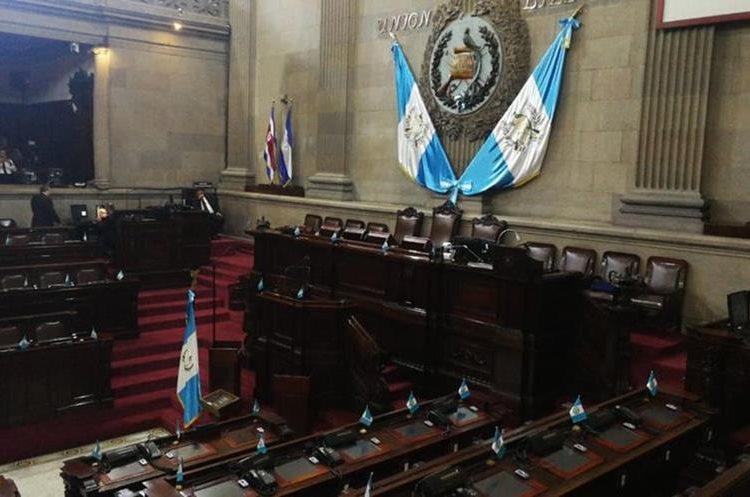 Al medio día la Dirección de Comunicación Social del Congreso anunció que no se llevaría a cabo la sesión plenaria convocada para este martes.