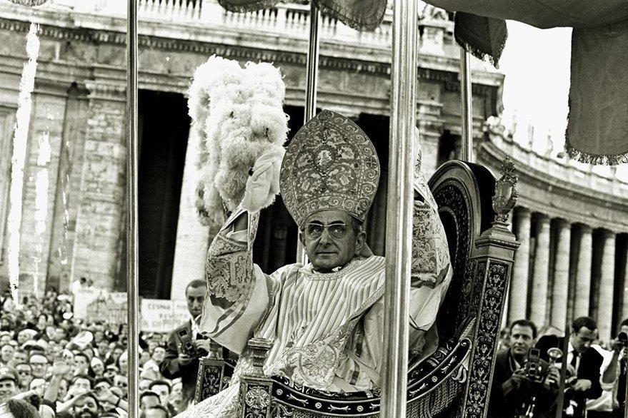 Paulo VI fue el último papa conducido en un trono, en la imagen el día de su toma de posesión en 1963. (Foto: AP)