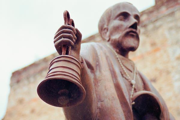 Escultura del Hermano Pedro ubicada antes de entrar a su sepulcro en Antigua. (Foto Prensa Libre: Nestor Galicia)