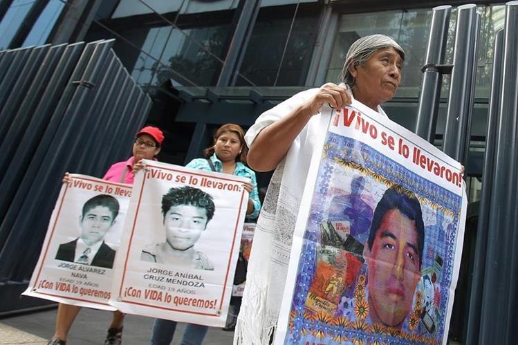 Padres de los 43 jóvenes desaparecidos en Ayotzinapa, Guerrero, mantienen fuerte presión mediática al Gobierno de México. (Foto Prensa Libre: EFE)