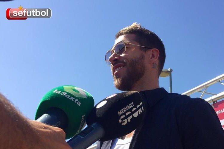 Sergio Ramos a su llegada a la concentración de la Selección de España. (Foto Prensa Libre: Twitter Sefutbol)