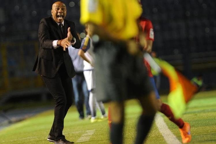 El técnico rojo, Mauricio Wright, sufrió durante todo el partido: gritó, protestó y deambuló de un lado a otro. El costarricense se sintió impotente. (Foto Prensa Libre: Óscar Felipe)