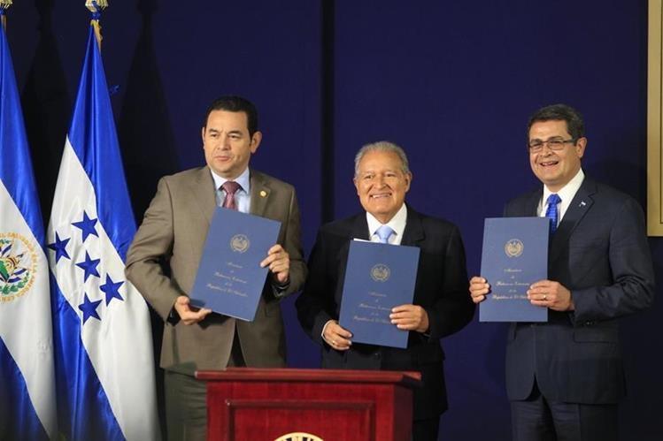 Jimmy Morales, Salvador Sánchez y Juan Orlando Hernández, presidentes de Guatemala, El Salvador y Honduras, acuerdan la creación de una fuerza de tarea trinacional contra el crimen. (Foto Prensa Libre: Hemeroteca PL)