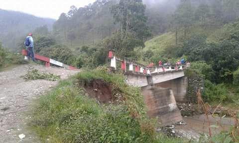 Con el colapso del puente Sajcap, ubicado en la ruta de Canillá y Zacualpa, Quiché, miles de vecinos quedaron incomunicados. (Foto Prensa Libre: Héctor Cordero)