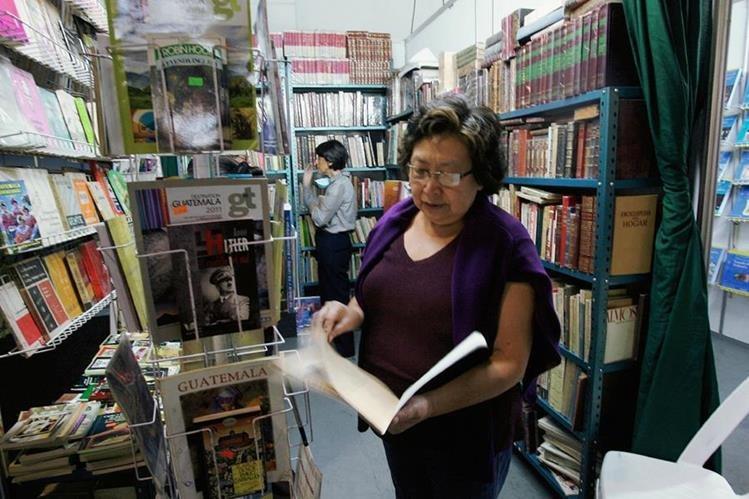 Personas de todas las edades visitan Filgua por distintas razones, pero a todos los une el gusto por la lectura. (Foto Prensa Libre, Brenda Martínez)