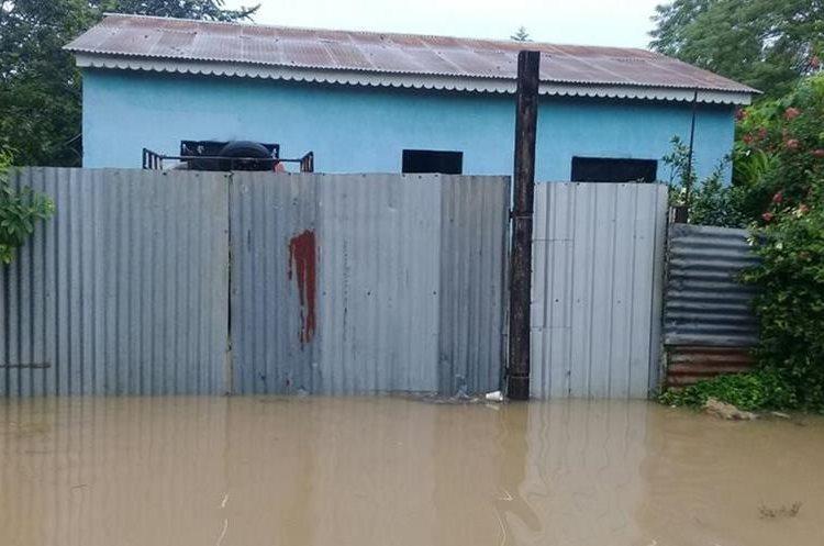 En algunas viviendas del Barrio Tikal, San Benito, Petén, el agua subió cerca de un metro. (Foto Prensa Libre: Rigoberto Escobar)