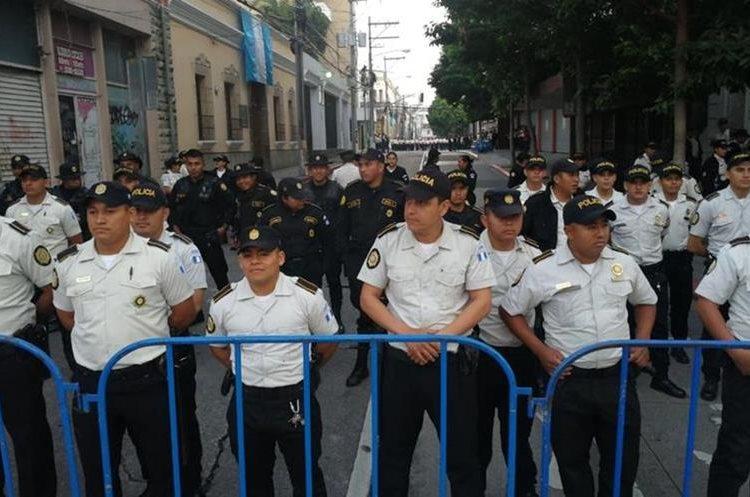 Agentes de la PNC permanecen en los alrededores del Congreso de la República para evitar el paso de personas, debido a que se efectuará una sesión solemne. (Foto Prensa Libre: Érick Ávila)
