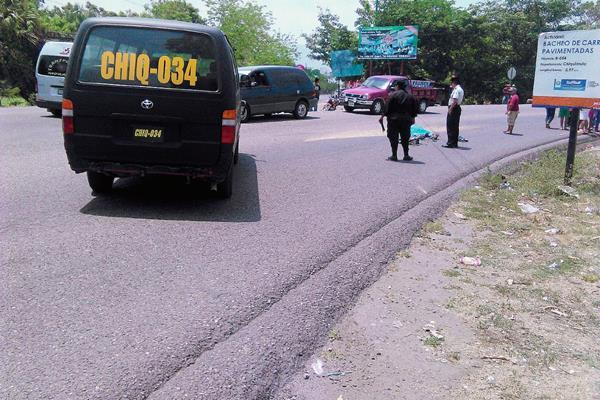 Autoridades resguardan el lugar en donde murió arrollado  un hombre, en Chiquimula. (Foto Prensa Libre: Edwin Paxtor)