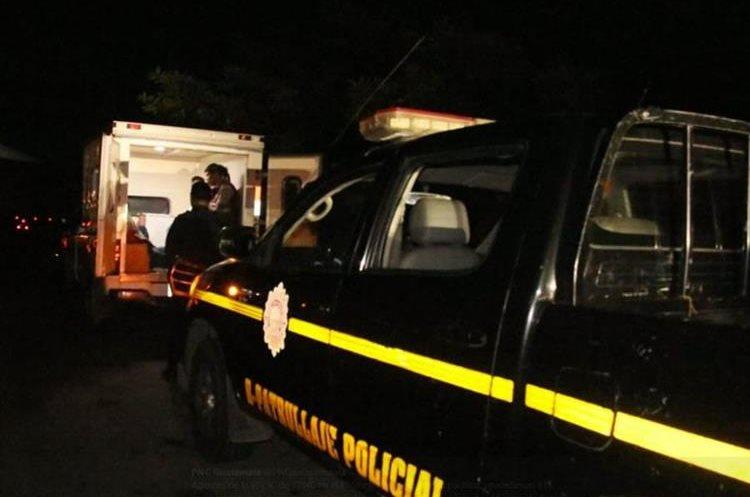 La ambulancia de Nuevo San Carlos, estaba detenida en el km 60 de la ruta al Suroccidente, Escuintla. (Foto Prensa Libre:)