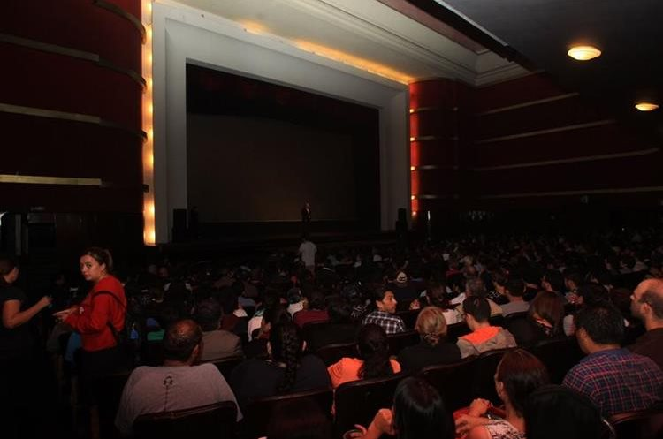 La sala del Teatro Lux estaba llena, incluso algunas personas optaron por ver el documental parados en la parte de atrás. (Foto Prensa Libre: Anna Lucía Ibarra).