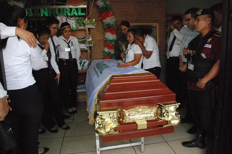 Los restos de García fueron llevados a la agencia bancaria donde trabajaba. (Foto Prensa Libre: Mario Morales)