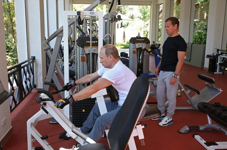MOS57. Sochi (Russian Federation), 30/08/2015.- Russian President Vladimir Putin (L) and Russian Prime Minister Dmitry Medvedev (R) at a gym of the Bocharov Ruchei residence in Sochi , Russian Black sea resort, Krasnodar area, Russia, 30 August 2015. (Rusia) EFE/EPA/EKATERINA SHTUKINA/RIA NOVOSTI/GOVERNMENT PRESS SERVICE