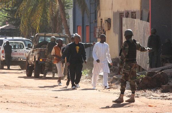 Un grupo de rehenes rescatados salen del hotel Radisson en Bamako, Malí.