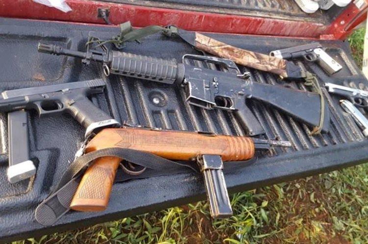 Autoridades localizaron varias armas de fuego en la avioneta matrícula YV2751 color blanco franjas azul y negro. (Foto Prensa Libre: Cortesía)