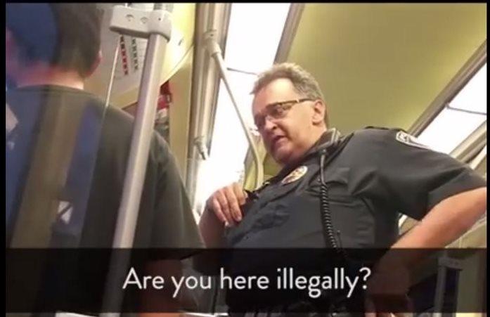 El pasajero del metro en Minneapolis es cuestionado sobre su situación legal por un agente de tránsito. (Foto Prensa Libre: Facebook)
