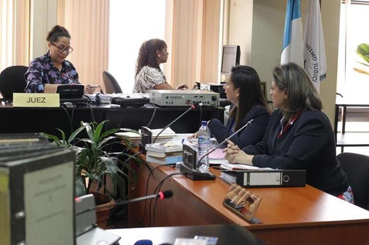 Abogada de la canciller pidió a la jueza que ordenara la salida de periodistas de la sala. (Foto Prensa Libre: Paulo Raquec)