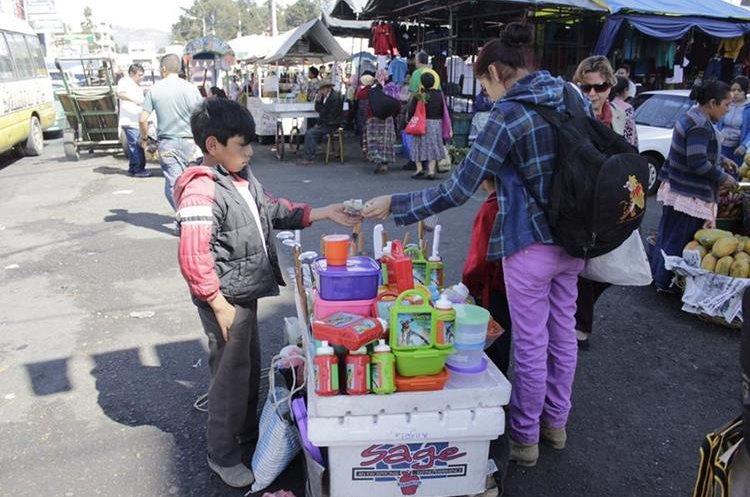 El pequeño Diego tuvo que abandonar sus estudios para ayudar a la familia a vender en un mercado de Mazatenango, Suchitepéquez. (Foto Prensa Libre: María José Longo)