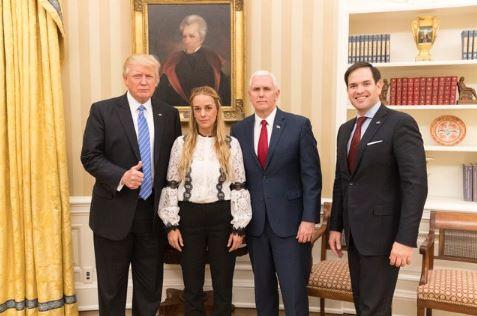 Fotografía difundida en la cuenta de Twitter de Donald Trump en la que aparece junto a Lilian Tintori, el vicepresidente Mike Pece y el senador Marco Rubio. TWITTER