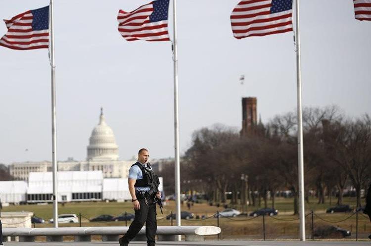 Un policía monta guardia en los alrededores del Capitolio.