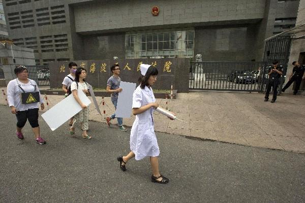 Grupo en defensa de los derechos de los gays protestan afuera de la corte donde se llevó el caso de las terapias anti gay (Foto Prensa Libre: AP)