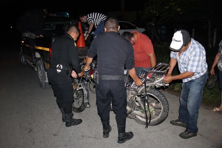 Agentes de la PNC inspeccionan la motocicleta en la que viajaba la pareja, en El Chal. (Foto Prensa Libre: Walfredo Obando)
