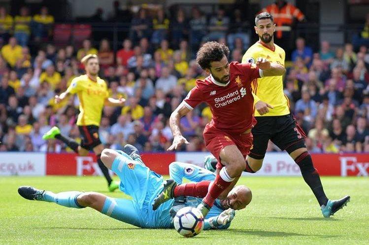 El arquero brasileño Huerelho Gomes provoca un penalti sobre el egipcio Mohamed Salah del Liverpool. (Foto Prensa Libre: AFP)