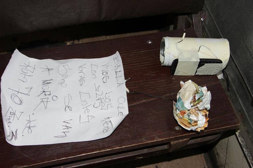 La supuesta bomba y el manuscrito dejados abajo del asiento del bus de la ruta 70. (Foto Prensa Libre: Cortesía)
