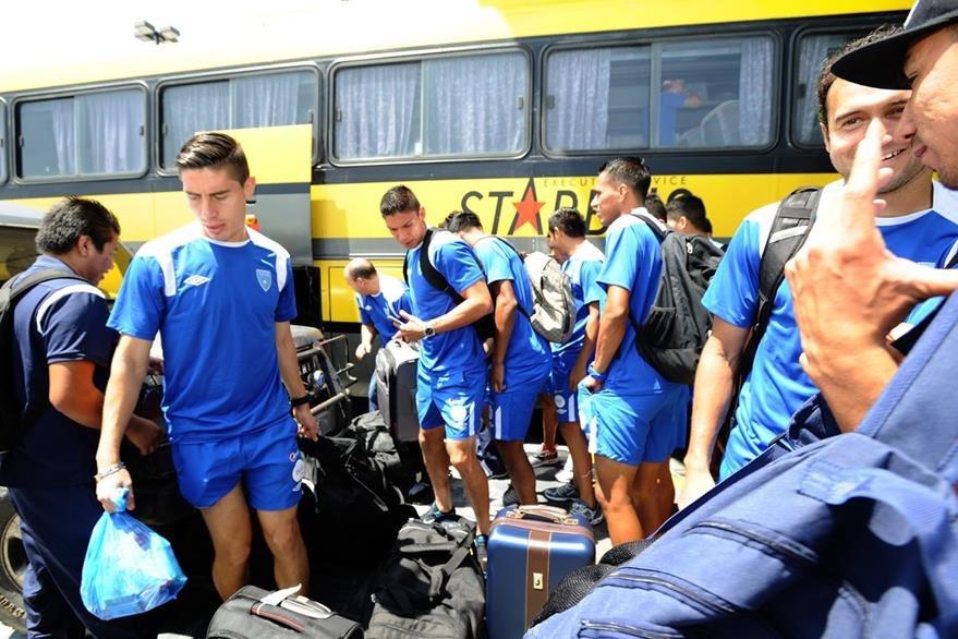 Jugadores de la Selección Nacional, arriban al aeropuerto internacional La Aurora, para viajar este miércoles 07-10-2015, a Honduras y disputar un partido amistoso en Tegucigalpa el próximo jueves. Foto Prensa Libre: Francisco Sánchez.
