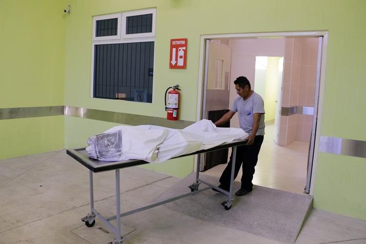 Cadáver es ingresado a la morgue del INACIF. (Foto Prensa Libre: Carlos Grave)