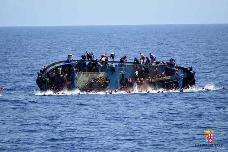 Una embarcación de migrantes africanos volcó esta semana en el Mediterráneo. (Foto Prensa Libre: AFP)