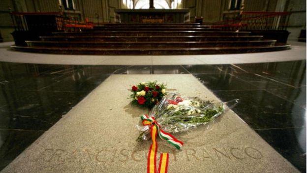 El congreso español quiere cambiar a Franco de tumba. AFP