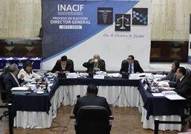 Consejo Directivo entrevista a los aspirantes a dirigir por cinco años el Inacif. (Foto Prensa Libre: Paulo Raquec)