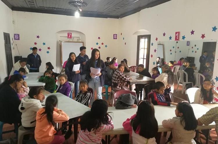 Niños becados finalizarán curso de pintura en el Centro Cultural Efraín Recinos. (Foto Prensa Libre: Fred Rivera)