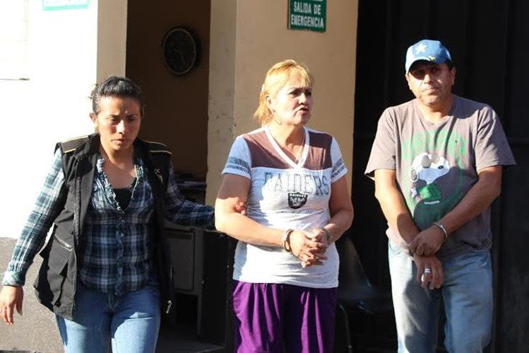 Dos personas fueron detenidas por tener a un recién nacido con alerta de desaparecido. (Foto Prensa Libre: PNC)