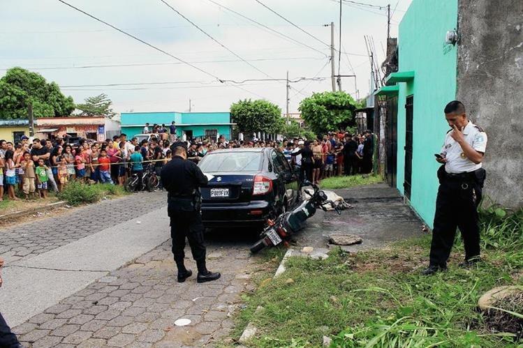 Vecinos y autoridades en el lugar donde muere baleado hombre y adolescente resulta herido, en la ciudad de Escuintla. (Foto Prensa Libre: Enrique Paredes)