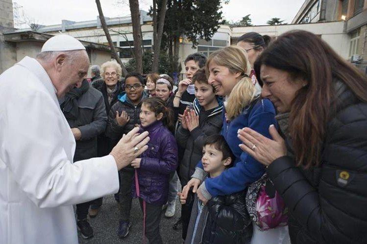 El Papa visita un centro de salud en Roma. (Foto Prensa Libre: EFE)