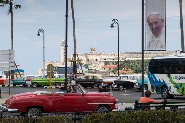 Un baner conmemorativo de la vista del papa Francisco se observa en las calles de La Habana. (Foto Prensa Libre: AFP).