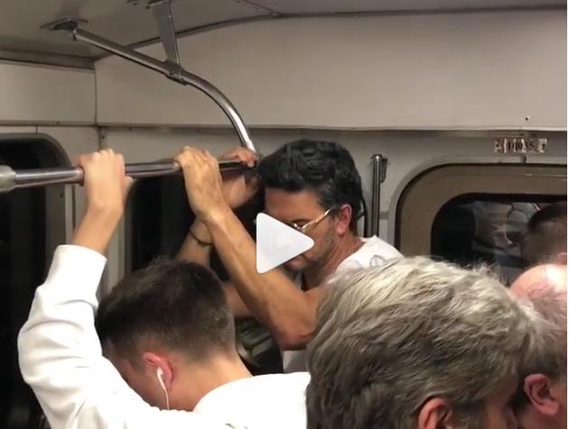 Ricardo Arjona mientras viaja en el metro de Moscú.