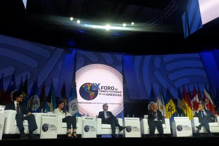"""Los panelistas durante el conversatorio """"El despertar de Guatemala"""", en el IX Foro de Competitividad de las Américas. (Foto Prensa Libre: Alvaro Interiano)"""