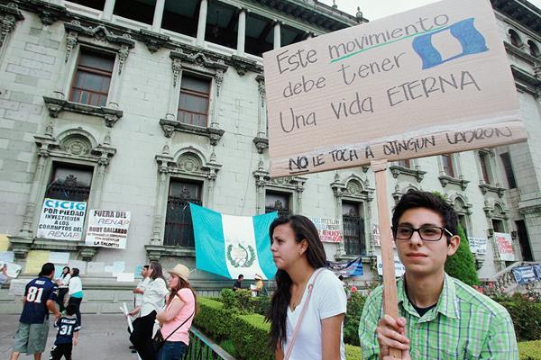 Cientos de personas ya han manifestado contra la corrupción y la impunidad. (Foto Prensa Libre: HemerotecaPL)