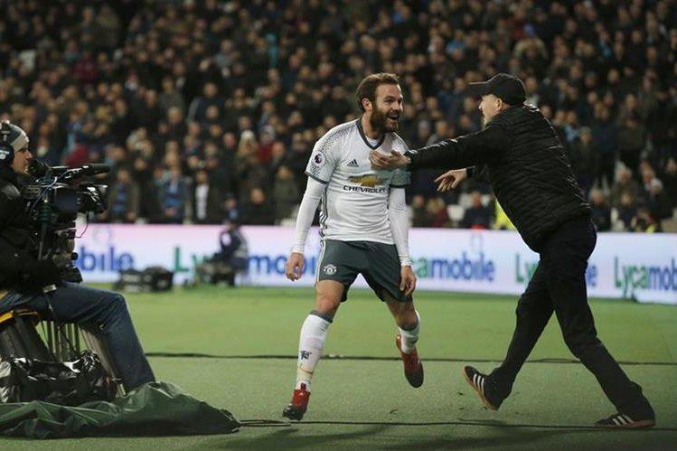 Juan Mata festeja después de haber anotado un gol para el Mánchester United contra el West Ham. (Foto Prensa Libre: AP).