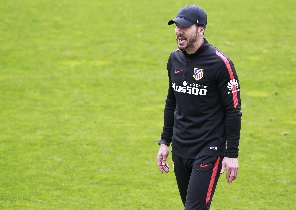 Diego Simeone sabe que la recta final en la liga y la Champions será muy dura. (Foto Prensa Libre: EFE)