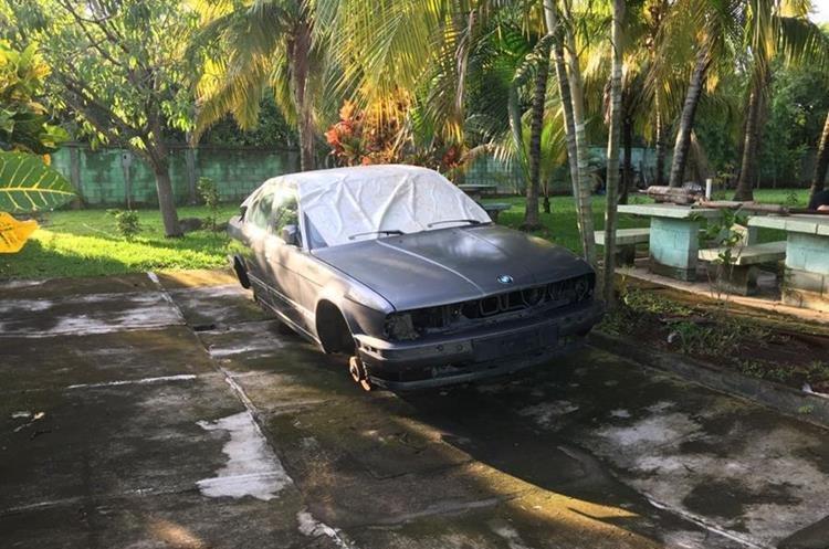 Un vehículo desmantelado fue encontrado dentro del inmueble. (Foto Prensa Libre: PNC)