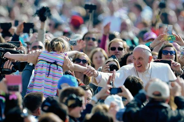 Francisco saluda a los fieles, a su llegada en la plaza de San Pedro en el Vaticano. (Foto prensa Libre:AFP) AFP